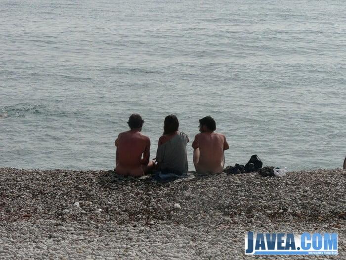 Nudistas en la playa del montañar de Jávea 01