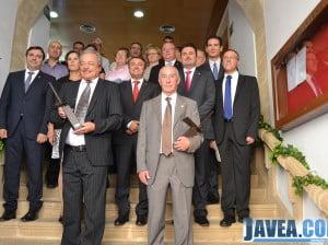 Miembros de la corporación municipal y los premiados