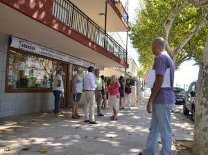 Los vecinos de la Avenida de la Fontana de Jávea explican el problema de inundaciones que sufre la zona cuando llueve