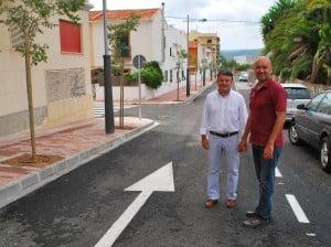 El edil de obras, Paco Torres, y el alcalde de Jávea, José Chulvi, en una de las calles del Freginal.