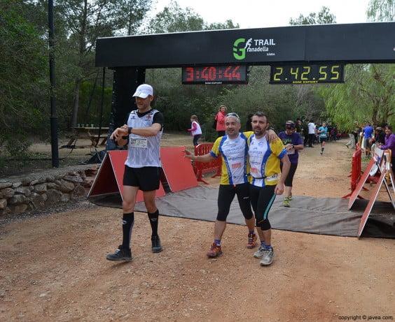 Amigos en el punto de meta de la Granadella Trail
