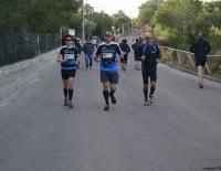 Antes de la salida los corredores calentaban para la Granadella Trail de Jávea