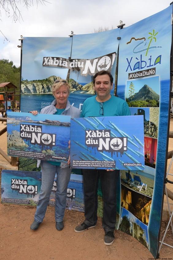 Antonio Miragall y Doris Courcelles en la recogida de firmas contra los sondeos petrolíferos