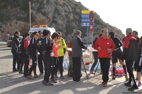 Avituallamiento en la Playa de la Granadella de Jávea para los participantes
