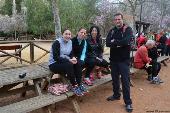 Caminantes del Granadella Trail esperando la salida