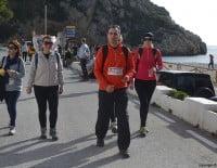 Caminantes después de pasar por la Playa de la Granadella