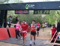 Caminantes y corredores entrando cruzando la línea de meta