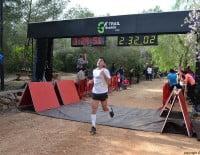 Corredor después de cruzar la línea de meta