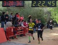 Corredores de la carrera llegando a la meta