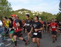 Corredores empezando la carrera de montaña Granadella Trail