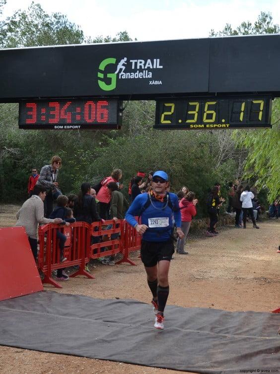 Cruzando la meta después de la carrera
