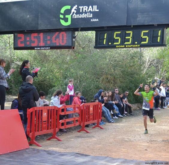 Después de una dura carrera los participantes cruzaban con satisfacción la línea de meta