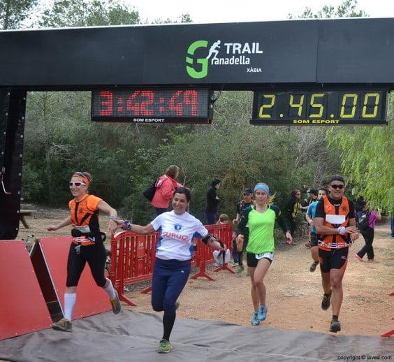 Grupo de corredores en el punto de meta
