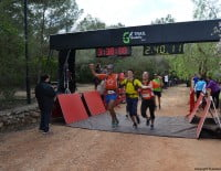 Grupo de corredores en la línea de meta
