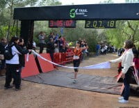 Llegada a la meta de la primera participante femenina
