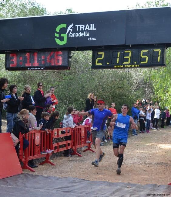 Llegada a la meta de participantes a la Granadella Trail