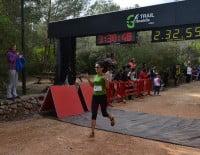 Llegada a la meta de una de las participantes femeninas