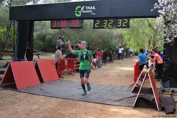 Llegada a la meta de uno de los participantes después de la carrera