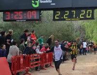 Llegada a la meta de uno de los participantes en la carrera