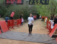 Llegada a meta de la corredora local femenina