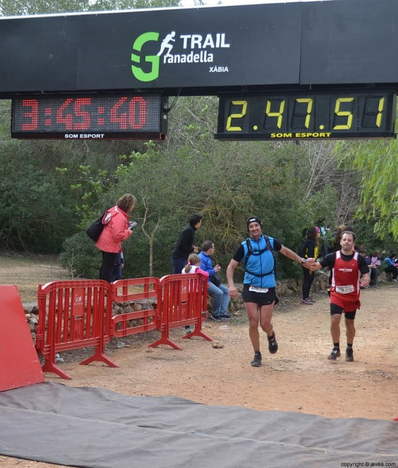 Llegada al punto de meta de una pareja de corredores
