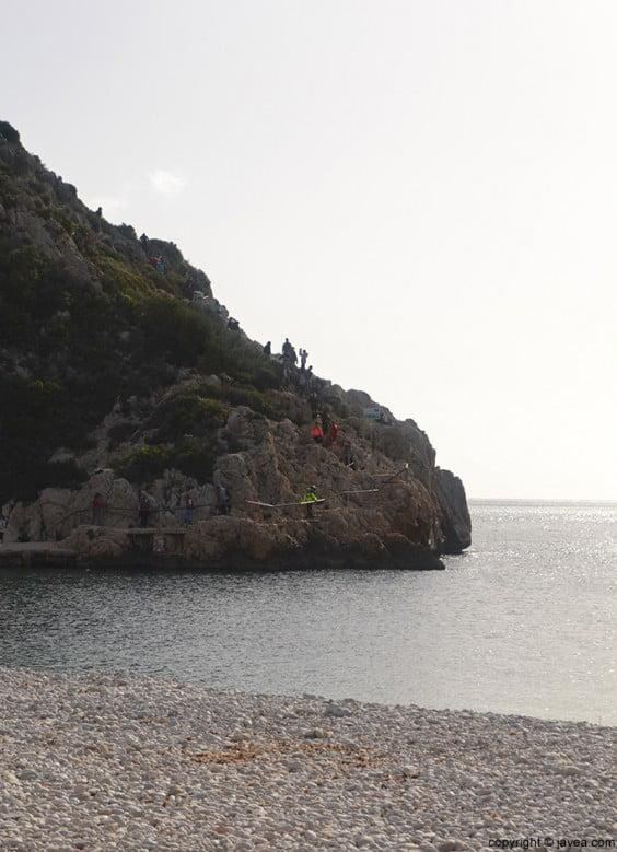 Los caminantes iban llegando a la playa de la Granadella de Jávea
