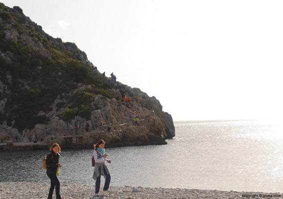 Los caminantes llegando a la Playa de la Granadella de Jávea que era la mitad del recorrido
