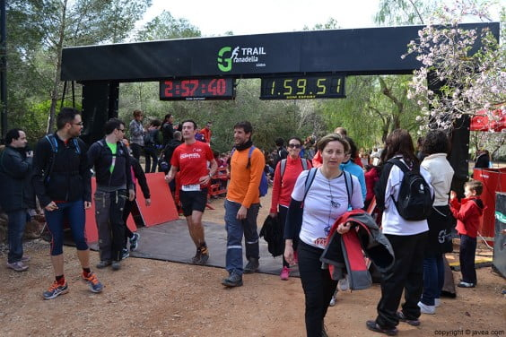 Los caminantes y los corredores se mezclaban en la línea de meta