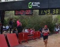 Los corredores controlaban su tiempo al llegar a la meta