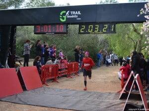Los corredores iban llegando a la meta después de la carrera de montaña