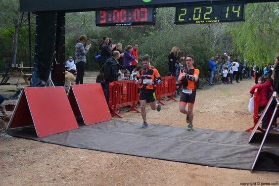 Los corredores iban llegando a la meta después de los 21 km de carrera por montaña