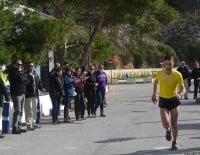 Los corredores recibieron el ánimo de los vecinos de Jávea que bajaron a la Playa de la Granadella