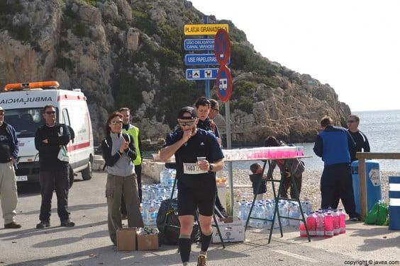 Los corredores reponían energía en el avituallamiento de la Playa de la Granadella