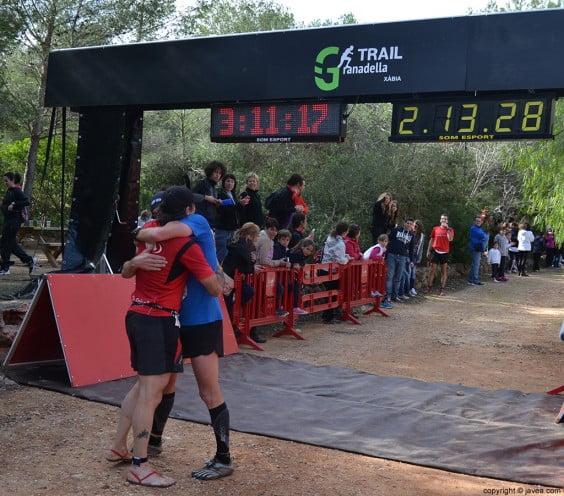 Momentos de emoción y compañerismo después de cruzar la meta