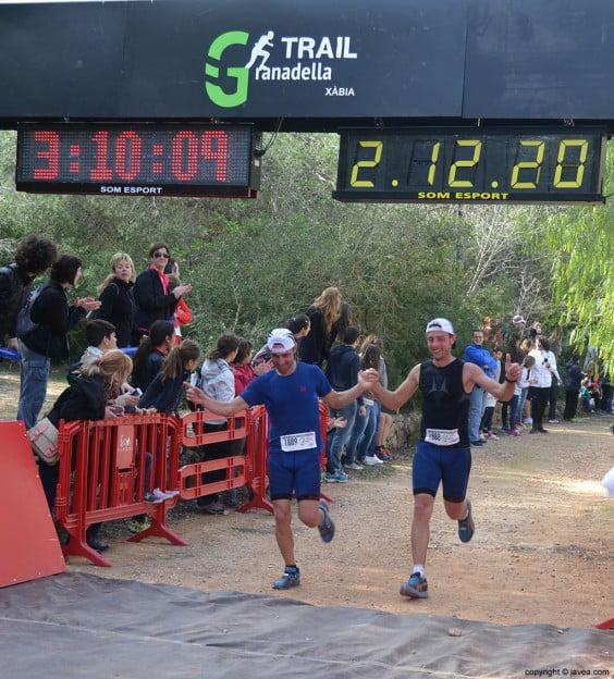 Pareja de corredores llegando a la meta