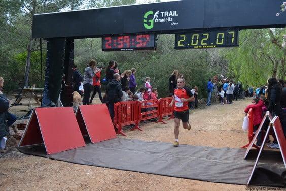 Participante de la carrera entrando a la meta