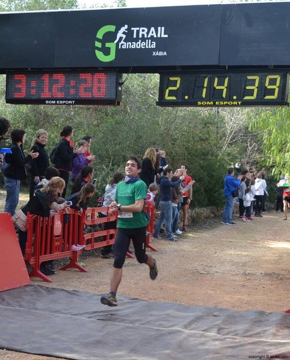 Participante después de cruzar la línea de meta