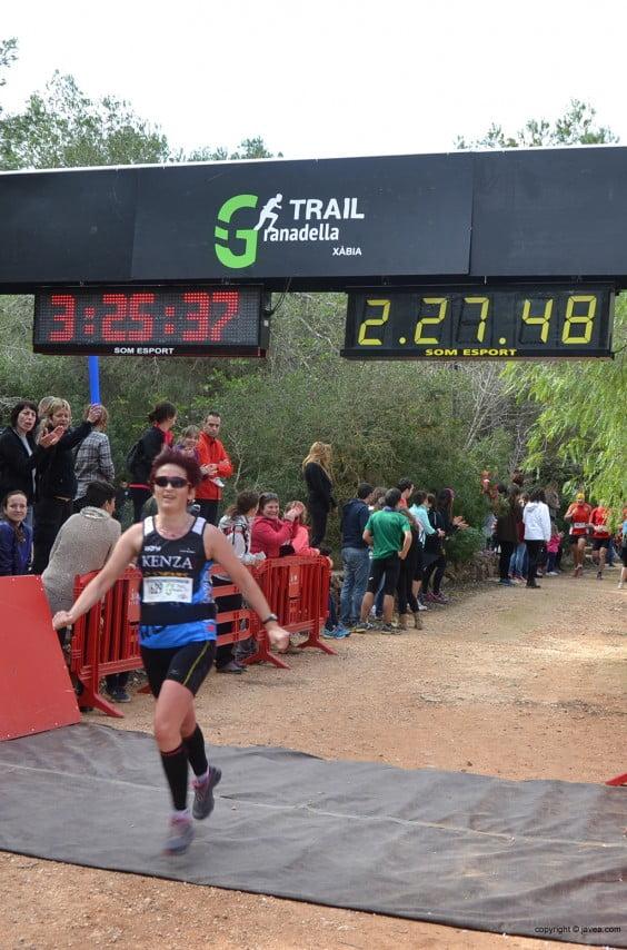 Participante femenina de la Granadella Trail en la meta