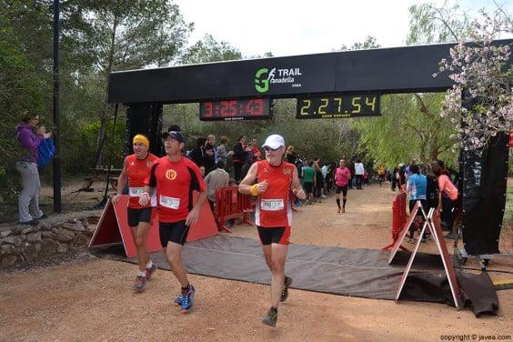 Participantes de la Granadella Trail después de cruzar la línea de meta