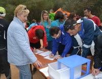 Participantes de la Granadella Trail firmando contra los sondeos petrolíferos