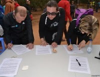 Participantes de la carrera firmando contra los sondeos petrolíferos
