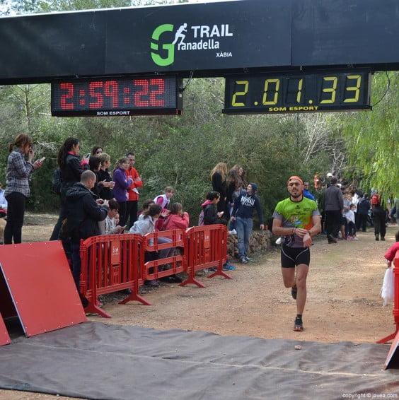 Uno de los corredores cruzando la línea de meta