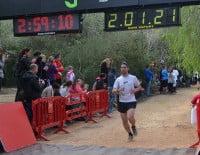 Uno de los corredores de Jávea entrando a la línea de meta