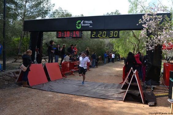 Uno de los corredores de Xàbia llegando a la meta