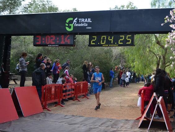 Uno de los corredores entrando a la meta