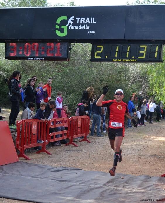Uno de los corredores llegando a la línea de meta