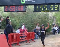 Uno de los corredores locales entrando a la línea de meta