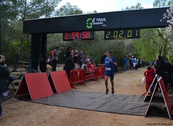 Uno de los participantes cruzando la línea de meta