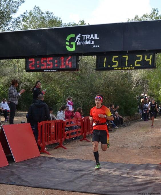 Uno de los participantes cruzando la meta