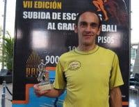 Ignacio Cardona mostrando uno de sus trofeos